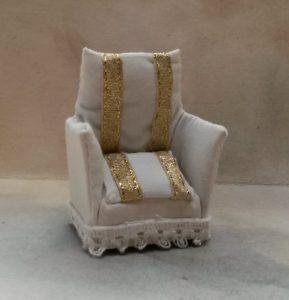 2017160 bílé křeslo se zlatými pruhy