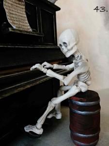 kostlivec hraje na piáno 43
