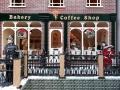 Kavárna s vánoční výzdobou